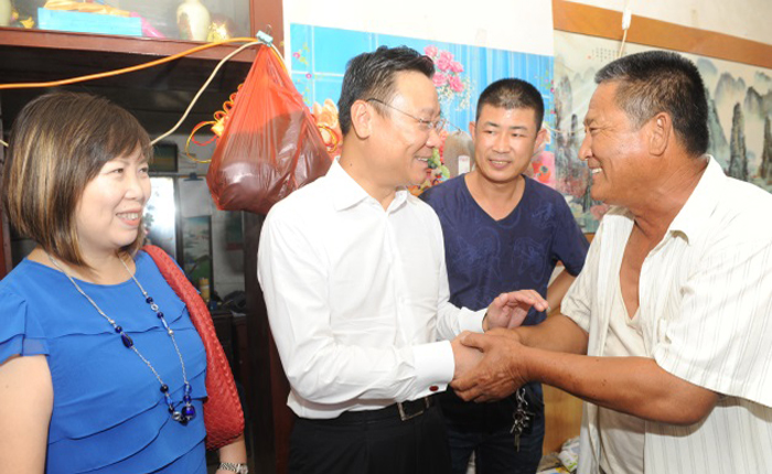 Jeff Zhu meets with patients